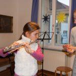 Kind lernt Querflöte